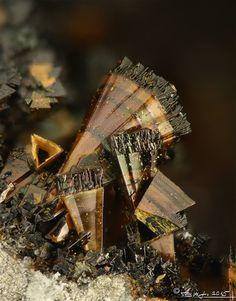 """Cronstedtite - Os zeólitos, zeólitas ou zeolites [dos termos gregos zein (ferver) + lithos (pedra)] constituem um grupo numeroso de minerais que possuem uma estrutura porosa. O termo foi aplicado pela primeira vez pelo mineralogista sueco Axel Fredrik Cronstedt depois de observar que, após o aquecimento rápido de um mineral natural, as pedras começavam a saltitar à medida que a água se evaporava. Usando as palavras gregas significando """"pedra que ferve"""", chamou este material zeólito."""