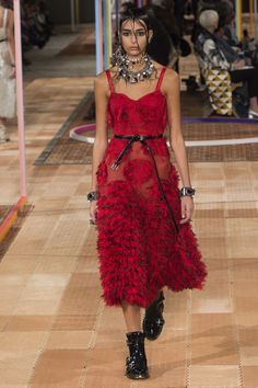 The complete Alexander McQueen Spring 2018 Ready-to-Wear fashion show now on Vogue Runway. Fashion 2018, Work Fashion, Fashion Week, Runway Fashion, High Fashion, Fashion Outfits, Fashion Design, Womens Fashion, Polyvore Outfits