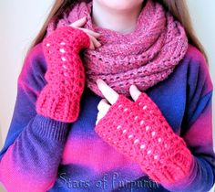 Mitones Victorian Shell - Rosa Fucsia - Guantes, Invierno, Regalo de StarsOfPurpurin en Etsy Perfect Gift For Mom, Gifts For Mom, Crochet Accessories, Women Accessories, Color Rosa, Fingerless Gloves, Arm Warmers, Etsy Store, How To Make