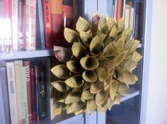 Adorno de papel reciclado con forma de flor dalia