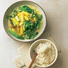 """Steckrüben-Curry - """"Das Steckrüben-Curry steht in nur 30 Minuten auf dem Tisch. Unddie Zubereitung ist auch einfach: Gemüse dünsten, Brühe zugeben undLinsen darin kochen."""" Zucchini Carbonara, Food Inspiration, Thai Red Curry, Cantaloupe, Veggies, Fruit, Cooking, Healthy, Ethnic Recipes"""