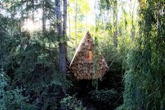Completed in 2017 in Windermere, Canada. Images by Mark Erickson. The birdhut is a treetop perch that sits on wooden stilts along a forested hillside. Immersed in the tree canopy, the hut accommodates two people,...