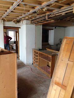 16. Juni 2015 - Die Abbrucharbeiten im Restaurant wurden heute weitergeführt. Sämtliche Hölzer, z. B. Buffet, Türen und Schränke gehen nach Rumänien.