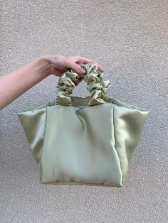 Diy Bag Designs, Denim Tote Bags, Minimalist Bag, Beautiful Handbags, Little Bag, Cute Bags, Scrunchies, Showroom, Purses And Bags