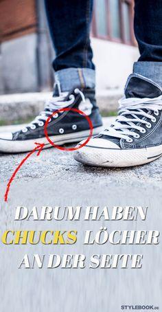 Die meisten von uns haben wohl mindesten ein Paar Chucks im heimischen Schuhregal. Doch nur die wenigsten dürften wissen, welche Funktion die beiden seitlichen Löcher an der Innenseite der Sneaker haben. STYLEBOOK.de verrät's!
