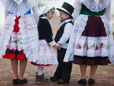 Zu den sorbischen Traditionen gehört auch Zapust, die sorbisch-wendische Fastnacht. Auch Kinder werden dazu in Trachten gekleidet.