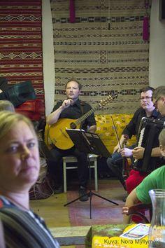 Asematapahtuma Riihimäki, musisointia Vihreässä Talossa. Kuva Nora Myllymäki