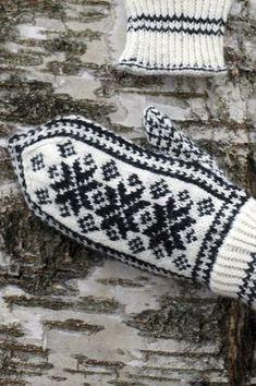 Perinteiset kirjoneulelapaset Novita Nalle | Novita knits Knitted Mittens Pattern, Knit Mittens, Knitted Gloves, Knitting Socks, Hand Knitting, Knitting Charts, Knitting Stitches, Knitting Patterns, Wrist Warmers
