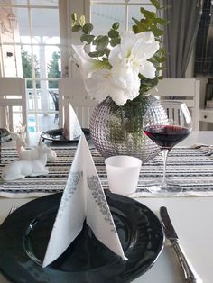 New years eve tablesetting New Years Eve, Table Settings, Dining Room, Table Decorations, Home Decor, Decoration Home, Room Decor, Place Settings, Home Interior Design