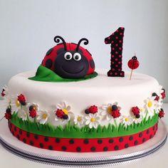 Bolo clean de joaninha!  #bolo #bolojoaninha #temajoaninha #festajoaninha #ladybug #ladybugcake #ladybugparty #isaherzog #isaherzogsugarcraft