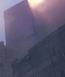17 h 20 : le WTC 7 s'effondre à son tour, sept heures après la chute des tours jumelles ; cet immeuble de 47 étages avait subi des dommages lors de l'effondrement de ces dernières, provoquant notamment des incendies.