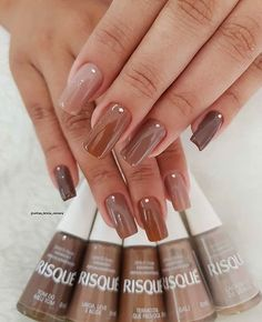 42 Classic Brown Nail Art DesignsBrown is that the combination of the many colours that combinedly gibe wood color, occasional color, chocolate color etc. There ar few reminder brown ranging from darker ending to lighter shades. Stylish Nails, Trendy Nails, Hair And Nails, My Nails, Brown Nail Art, Nagellack Design, Maroon Nails, Fall Acrylic Nails, Fire Nails
