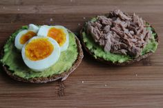 Einfaches Avocado Toast mit Ei und Thunfisch/Quick and Easy Avocado Toast with Egg and Tuna
