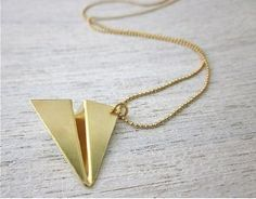 collier origami avion doré de Shlomit Ofir