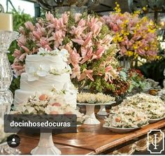 A mesa do bolo acompanhou perfeitamente a delicadeza de um casamento na praias. E os docinhos, perfeitos!♡
