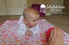 Our little one had so much fun discovering her world this month! Our discovery games focused on sensory and motor development. Here are seve. Teaching Babies, Baby Learning, Learning Spaces, Teaching Ideas, Baby Sensory Play, Baby Play, Newborn Activities, Learning Activities, Discovery Games