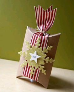 Try these creative ideas for packing and presenting holiday gifts and Christmas Gift Ideas a seasonal makeover of a plain pillow box as a Single Mold Wrapping Ideas, Creative Gift Wrapping, Creative Gifts, Creative Ideas, Wrapping Gifts, Christmas Gift Wrapping, Christmas Crafts, Christmas Ornaments, Christmas Pillow