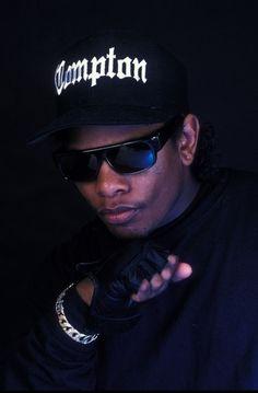 compton eazy e Arte Hip Hop, Hip Hop Art, Hip Hop And R&b, 90s Hip Hop, Estilo Cholo, Rap Wallpaper, Mafia Wallpaper, Tupac Wallpaper, Galaxy Wallpaper