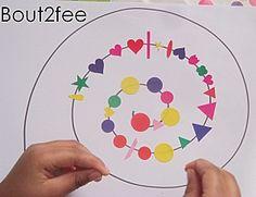 1ère spirale tracée par adulte : collage de gommettes depuis le rond point de départ. puis tracé d'une deuxième spirale qui suit la 1ère.