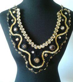 cuello y/o collar con apliques en botones, tachas, cintas y lentejuelas.