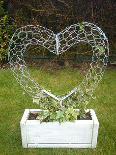 Wire Heart Topiary Fram von ~ auf deviantART - Ich mag das Aussehen d . Wire Heart topiary fram by on deviantART - i like the look of this, can also be done stuffed with moss and soil as a succulent sculpture, Chicken Wire Art, Chicken Wire Crafts, Chicken Wire Sculpture Diy, Garden Crafts, Garden Projects, Craft Projects, Garden Ideas, Diy Garden, Spring Garden