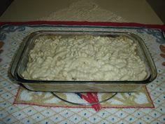 500 g de macarrão parafuso  - 2 caixinhas de creme de leite  - 2 latas de atum ralado em óleo  - 1 cebola grande cortada em anéis  - 2 tabletes de caldo de galinha  - 200 g de mussarela fatiada  - Óleo  - Azeite  - Sal  -
