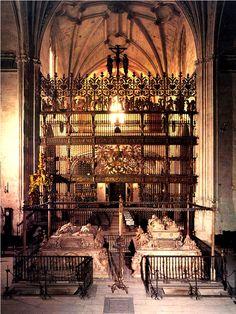 Interior de la Capilla Real de Granada, vista desde el Retablo Mayor. (Fuente)