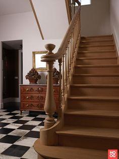 Houtambacht trappen en maatwerk - Klassieke trap met houten ballustrade - Hoog ■ Exclusieve woon- en tuin inspiratie. Staircase Design, Ladder, Stairs, Flooring, Interior, Home Decor, Inspireren, Google, Spaces