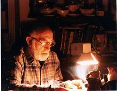 Os presento a mi abuelo Leopoldo Hércules de Solás, uno de los hombres que me enseñó a amar la lectura desde incluso antes de haber aprendido a leer. Me enseñó a amarla tanto como para necesitar escribir. 5 de enero de 2014. Hombre que leía. http://traducarte.wordpress.com/gente-que-lee/5-de-enero-de-2014-hombre-que-lee/