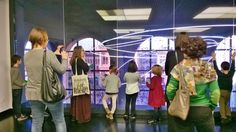 Affacciati sul grande neon di Lucio Fontana.