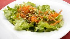 Karlos Arguiñano prepara una ensalada de lechuga con zanahorias, pistachos picados y vinagreta.