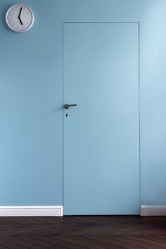Drzwi ukryte - nasza realizacja :)   Specjalna konstrukcja skrzydła umożliwia ukrycie wszystkich elementów ościeżnicy i zlicowanie jej z powierzchnią ściany. Mogą mieć takie samo wykończenie jak ściana czy podłoga