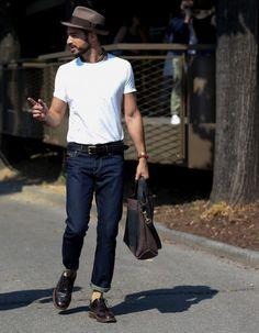 On a beau dire qu'on pique dans leur dressing, les hommes aussi s'inspirent de nos tenues. La preuve ? Ils ont tous un sac à main. Voici 24 photos prises à la sortie des défilés homme printemps-été 2015 qui ne nous diront pas le contraire. http://www.elle.fr/Mode/Mode-street-style/Street-style-les-hommes-accros-aux-sacs-a-main