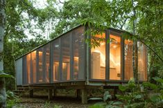 Completed in 2005 in São Paulo, Brazil. Images by João Nitsche. This shelter design at the open Atlantic coast rainforest in the State of Sao Paulo is an opportunity to think home considering its essential. Backyard Greenhouse, Backyard Studio, Brazilian Rainforest, Shelter Design, Forest Cabin, Slash, House Deck, Steel House, Light Architecture