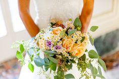 Rose gialle incoronano questo fantastico bouquet, dal quale spuntano margherite e ranuncoli lilla.