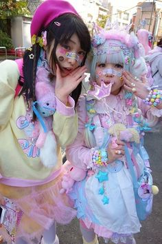 Harajuku fashion: I think harajuku girls are often seen as odd because of their exuberant fashion choices but I think that its uniqueness and innocence is what makes it interesting Pastel Goth Fashion, Kawaii Fashion, Lolita Fashion, Colorful Fashion, Cute Fashion, Gyaru Fashion, Modern Fashion, Fashion Walk, Tokyo Fashion