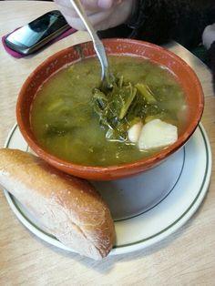 Nada mejor para reponer las fuerzas que tomar un caldo gallego de grelos con un buen trozo de pan. (Cabalo Branco) Santiago de Compostela.