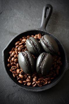 【レシピ】シックなカラーが大人っぽい♡コーヒー味のブラックマカロン - macaroni