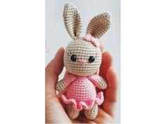 Húsvétig még van idő, de ez a kis szoknyás nyuszi sem hiányozhat a húsvéti dekorációk közül.   A nyuszi horgolásához Catania natúr vagy krémszínű, valamint rózsaszínű fonal szükséges. Két biztonsági szemre, műszálas tömőanyagra van még szükségünk. Horgolótű: 2,5mm  LEÍRÁS   FEJ Krém színű… Crochet Baby Toys, Crochet Teddy, Easter Crochet, Crochet For Boys, Crochet Gifts, Crochet Bunny Pattern, Crochet Rabbit, Crochet Motif, Free Crochet