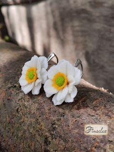 Numite și florile vantului anemonele sunt un simbol al fragilitatii fiind admirate de persoanele sensibile. Vara este sezonul albului și al purității, al rochiilor vaporoase lejere care împiedică și stopează razele puternice ale soarelui. Albul petalelor inspira puritate ,suavitate și asta face ca cerceii sa fie un accesoriu ideal pentu o rochie de vară. Realizati pe baze de argint 925 de cea mai inalta calitate cerceii iti vor oferi confort.In plus inchiderea lor cu leverback si forma torti Stud Earrings, Jewelry, Jewlery, Jewerly, Stud Earring, Schmuck, Jewels, Jewelery, Earring Studs