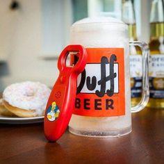 Das Homer Simpson Duff Bier Geschenkset ist ein ideales Geschenk für männliche Fans der Serie und Biertrinker. Da fehlt dann nur noch der Donut.