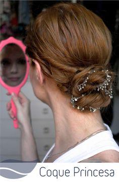 O coque é um dos penteados mais recomendados no inverno. Veja como fazer um coque princesa lindíssimo. :) #cabelo #penteados #mulher