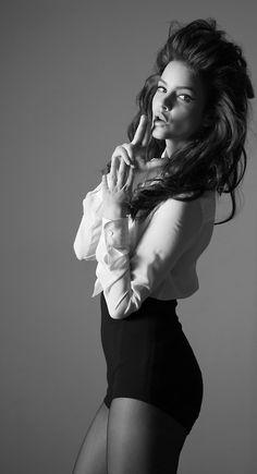 Barbara Palvin ♥ハンガリーの首都ブダペストで生まれる]。 2006年、13歳の頃、ブダペストの街角で見出され、 そして、『シュプール誌』で初めて写真撮影の被写体となった[3]。2008年、日本でモデル活動[1]。ほどなくして米国の大手モデル事務所「IMG Models」と契約する。2010年2月に行われたミラノ・コレクションで、イタリアのファッションブランドであるプラダの専属モデルとしてランウェイデビューを飾る。次いで、ルイ・ヴィトン、シャネル、ヴィクトリアズ・シークレット、ヴィヴィアン・ウエストウッド、ニナ・リッチ、エマニュエル・ウンガロ、ロエベ、エトロでそれぞれランウェイした。また、フランス・イギリス・ロシア・スペイン・ドイツ版『ヴォーグ』[1]、『エル』、『ハーパース・バザー』、『マリ・クレール』、『コスモポリタン』といったファッション雑誌に登場する。そして、2012年にはフランスの化粧品会社ロレアルグループのブランドであるロレアル パリの大使に選ばれた。Models.comによる2013年の世界モデルランキングで23位。