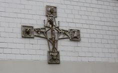 https://flic.kr/p/MwGCoq   Kruzifix mit den Symbolen der Evangelisten   Gelände St. Gertrud, Essen