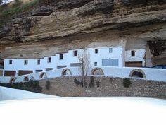Os habitantes dessa cidade estão vivendo sob uma enorme rocha
