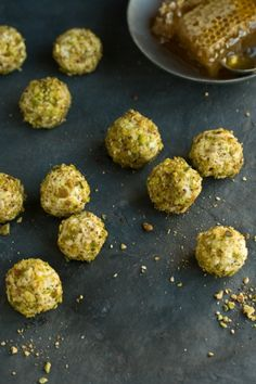 Small bites - Goats cheese truffles with honey & pistachio Antipasto, Great Recipes, Favorite Recipes, Amazing Recipes, Yummy Food, Tasty, Appetisers, Goat Cheese, Cheese Log
