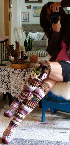 Hyvää syksyistä keskiviikkoa! Sukkia on taaskin valmistunut ja varmaan osa näistä jää kuvaamattakin! S... Crochet Leg Warmers, Knitted Slippers, Slipper Socks, Crochet Slippers, Crochet Cross, Love Crochet, Knit Crochet, Knitting Socks, Hand Knitting