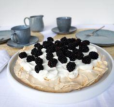 Auf der skandinavischen Servierplatte aus weissem Porzellan kommt die Brombeer-Pavlova besonders gluschtig daher. Das schlichte Serviergeschirr ist in unserem Webshop erhältlich. Pavlova, Cheesecake, Pie, Desserts, Food, Nordic Design, Tablewares, Dessert Ideas, Torte