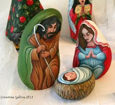 Nativity figures painted on stone by Italian artist Ernestina Gallina - photo from viola.bz