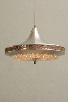 Lampa szwedzka. Producent:  Orrefors .  Wykonana ze szkła i metalu. Średnica: 38 cm. Wysokość: 24 cm.